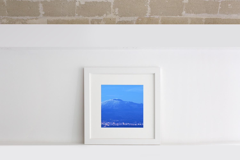 Quadro di una cornice bianca lineare moderna con passe-partout e fotografia del Vulcano Etna