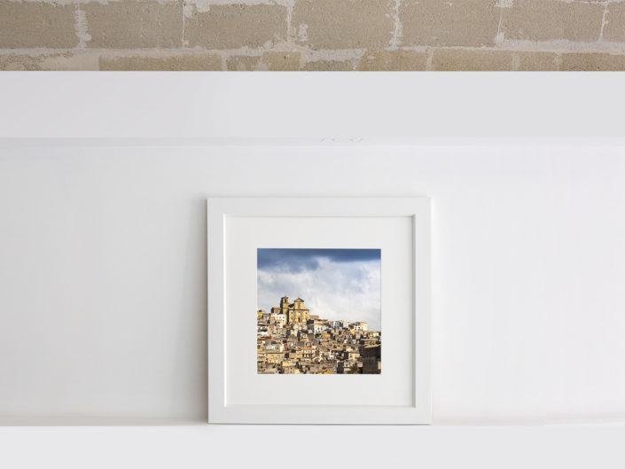 fotografia quadrata con passe-partout e cornice bianca per arredamento
