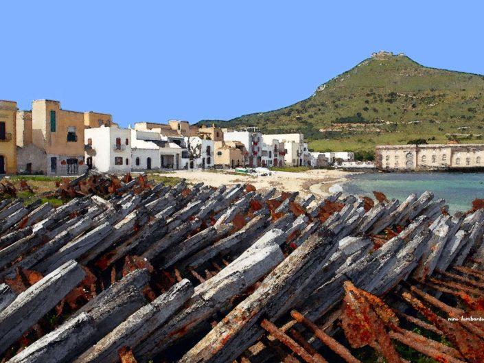 Stampa su tela in vari formati di Favignana le ancore in primo piano e monte Santa Caterina sullo sfondo