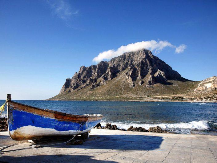 Stampe fotografiche di Paesaggi su tela Baia di Cornino con Monte cofano e barca dei pescatori in vari formati