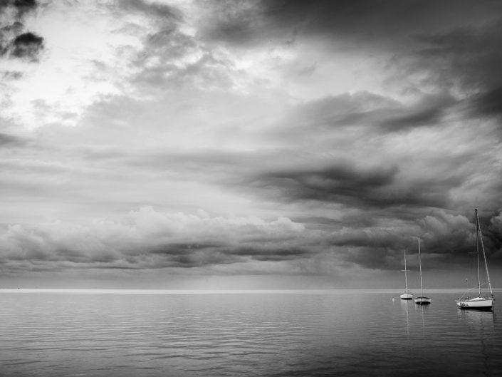Stampa fotografica da realizzare su tela in bianco e nero con tre barche a vela al mare fotografia particolare