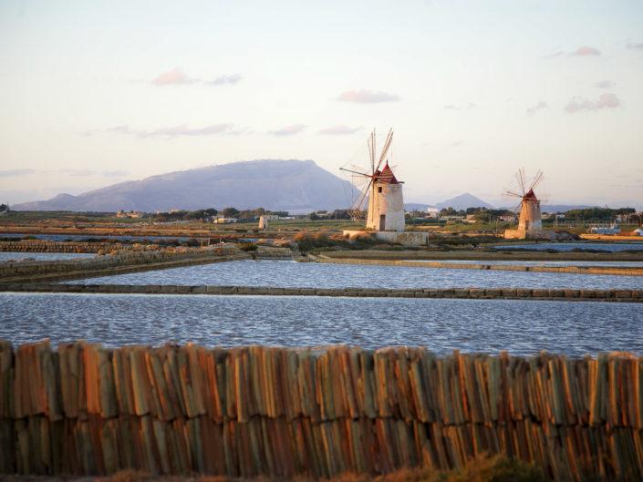 Fotografia su tela Paesaggio saline mulini ed Erice sullo sfondo