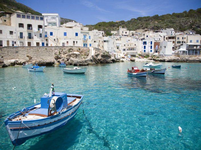 Foto per arredo moderno o classico stampata su tela o su pannello in vari formati Levanzo con barche dei pescatori e mare cristallino