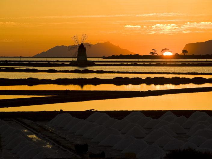 Stampa su tela o pannello di una fotografia delle saline al tramonto