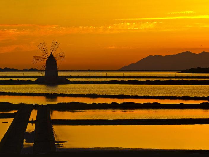 Stampa su tela delle saline di Marsala in Sicilia al tramonto con Favignana sullo sfondo