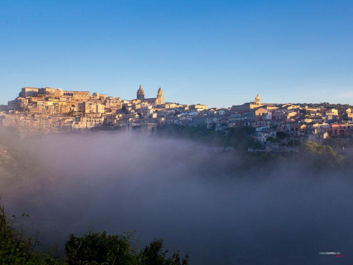 fotografia fine art per arredare stampata su tela Foto panoramica di Ragusa con un fascio di nebbia in primo piano