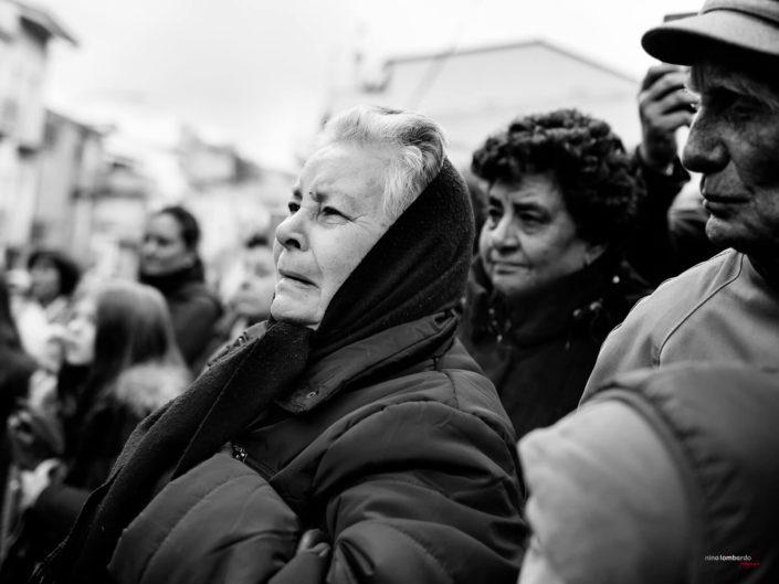 Donne anziane Siciliane durante la Settimana Santa Fotografia di Viaggio in Sicilia