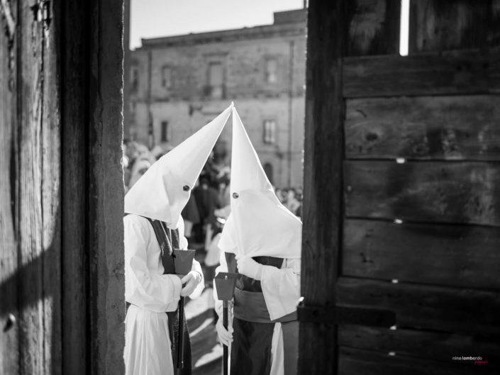 Confraternita durante la settimana santa a Enna